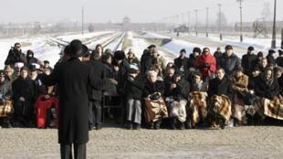 Imagem de arquivo mostra encontro de sobreviventes do campo de concentração de Auschwitz, na Polônia, em 2011.