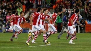 Jogadores do Paraguai comemoram classificação inédita.