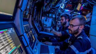 Analyste acoustique dans un sous-marin français.