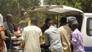 Une victime de l'attaque de Kano au Nigeria est évacuée, le 29 avril 2012