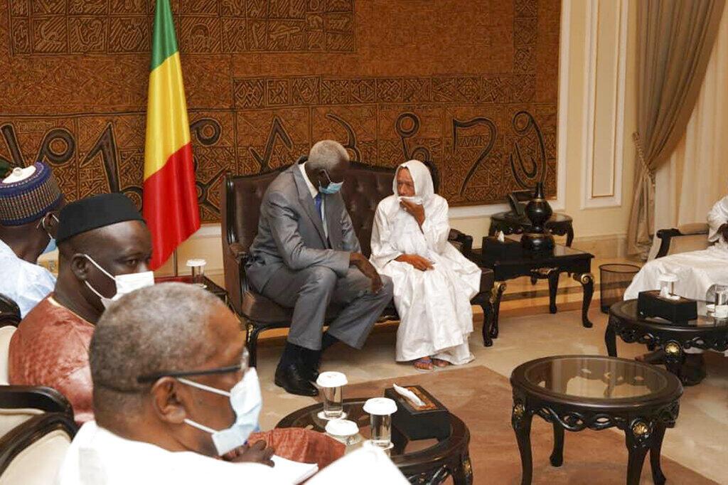 A antiga refém francesa Sophie Pétronin ao lado do Presidente interino do Mali, Bah N'Daw, no palácio presidencial em Bamako, 8 de Outubro de 2020.