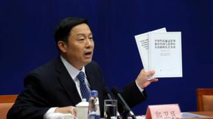 Phó chủ nhiệm Văn phòng thông tin chính phủ Trung Quốc Quánh Vệ Dân (Guo Weimin) giới thiệu sách trắng trong cuộc họp báo, Bắc Kinh, ngày 13/07/2016