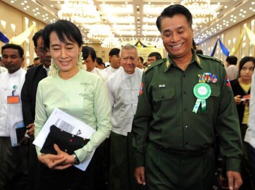 Tướng Thein Htay (P) và lãnh đạo đối lập Aung San Suu Kyi tại Hội thảo Phát triển Kinh tế Miến Điện, Naypyidaw, 20/08/2011