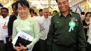 Nhà đối lập Aung San Suu Kyi (trái) trao đổi với Bộ trưởng Biên giới, tướng Thein Htay, 20/8/2011.