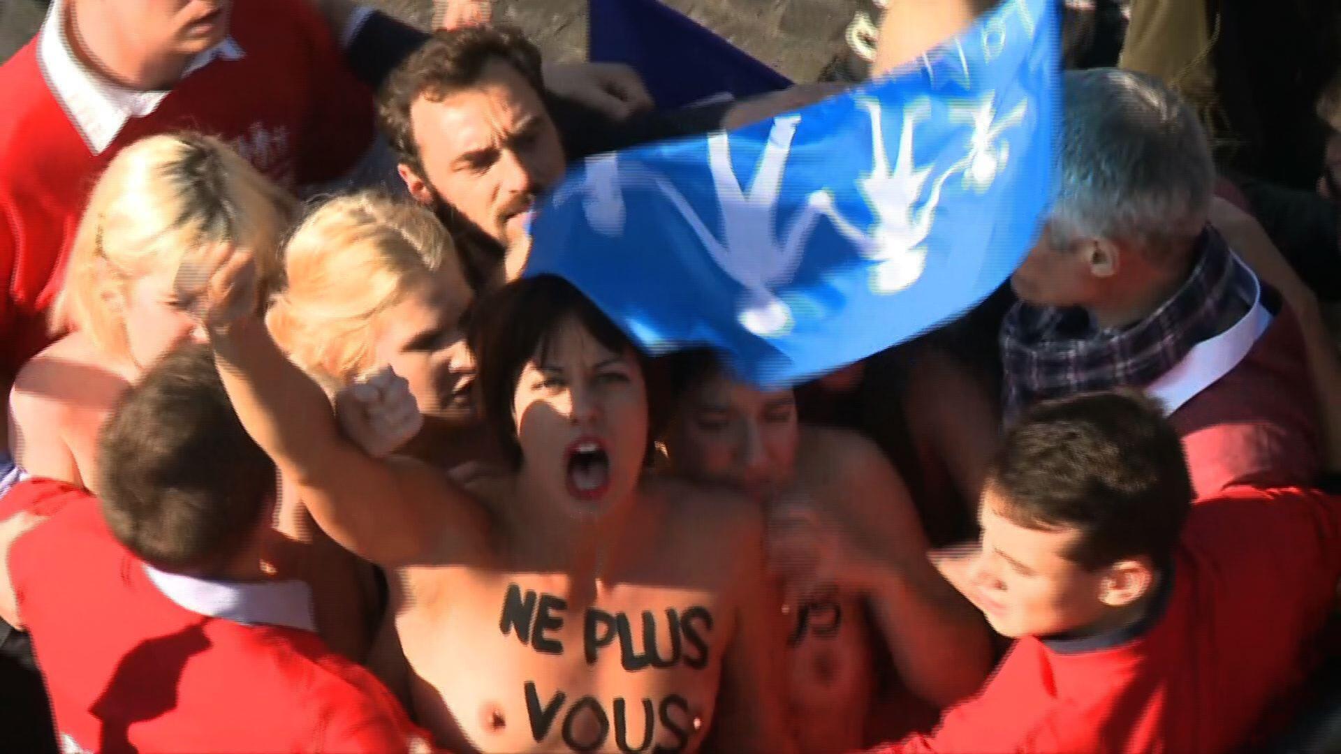 Участницы Femen в окружении противников однополых браков, Париж, 16 октября 2016.