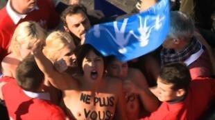 16.10.2016 Париж. Участницы Femen в окружении противников однополых браков.