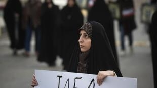 A protestor supports the Iranian nuclear programme, Isfahan, 15 november 2011