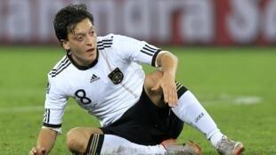 Mesut Ozil est à terre. L'Allemagne est éliminée en demi-finale de la Coupe du monde 2010.