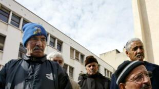 Des retraités algériens chibanis, dans le quartier de Belsunce, à Marseille