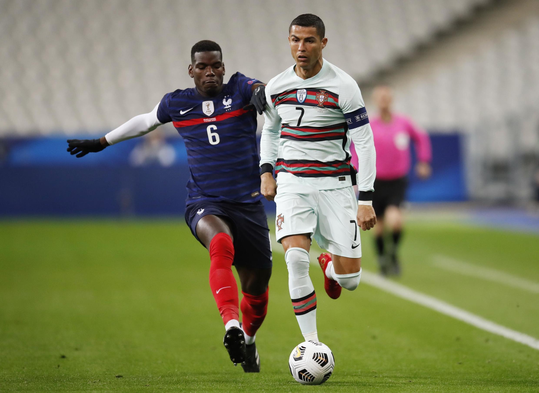 Cristiano Ronaldo da Paul Pogba a yayin wasan na Nations League a birnin Paris.