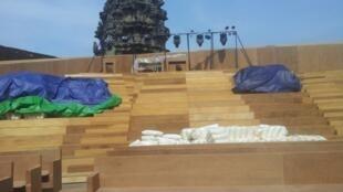 La scène et les gradins de bois construits en décembre 2013 pour trois concerts au coeur du temple d'Angkor Vat.