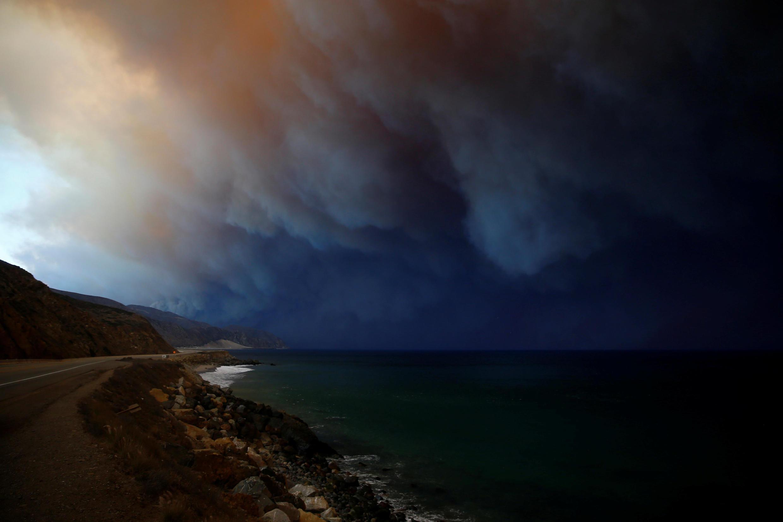 Malibú a lo lejos, las llamas del incendio Woolsey han provocado la evacuación de toda la zona y el cierre de la autopista principal.