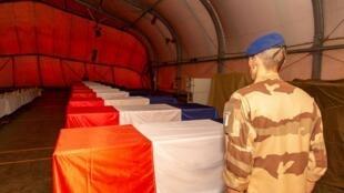 Церемония прощания с погибшими французскими военными прошла на военной базе в малийском Гао