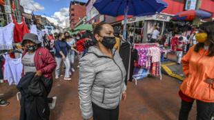 La gente compra regalos de Navidad en una calle comercial del barrio San Victorino de Bogotá el 21 de diciembre de 2020