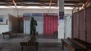 Policier en faction dans la station d'autobus de Naki, à Antananarivo, le 7 avril 2020;