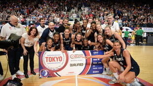 Les Bleues aux côtés de la ministre des Sports, Roxana Maracineanu (g), fêtent leur qualification pour les JO de Tokyo, à Bourges, le 8 février 2020
