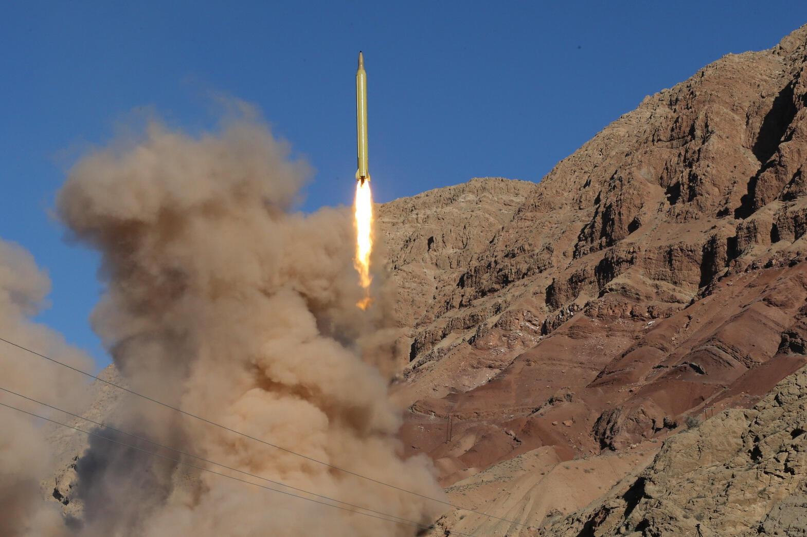 Запуск баллистической ракеты на севере Ирана, 9 марта 2016.