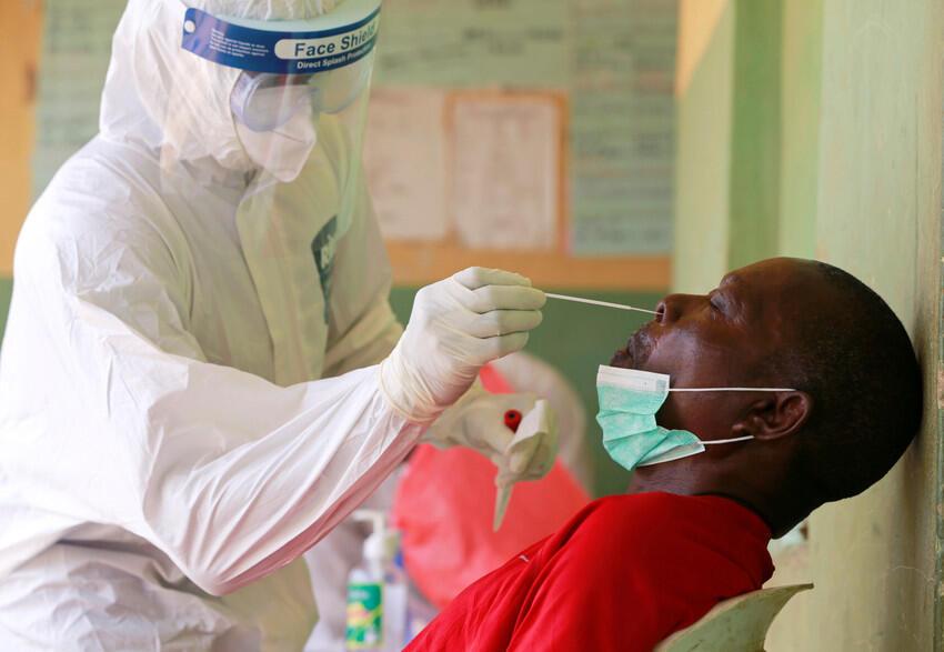 Wani jami'in lafiya a Najeriya, yayin gwajin cutar coronavirus a birnin Abuja. Afrilu, 2020.