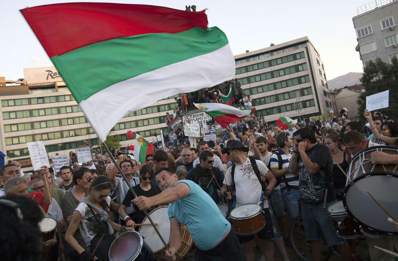 Un manifestant brandit le drapeau bulgare devant le Parlement à Sofia, le 24 juillet 2013.