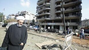 Un musulman chiite passe devant l'ambassade d'Iran à Beyrouth, le 20 novembre 2013, où un double attentat suicide a eu lieu la veille.