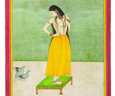 Jeune femme sur une table basse observant les ébats d'un couple de pigeons.