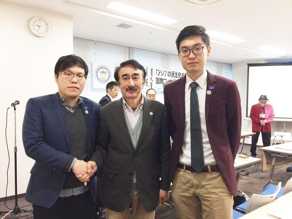陳浩天(右)和周浩輝在日本與爭取內蒙古獨立的人民黨主席席海明(中)交流。(香港民族黨臉書)