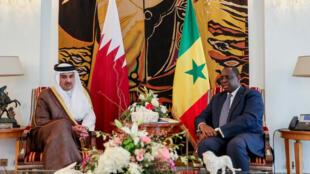 Le président sénégalais Macky Sall recevant l'émir du Qatar Cheikh Tamim ben Hamad al-Thani, à Dakar, le 20 décembre 2017.