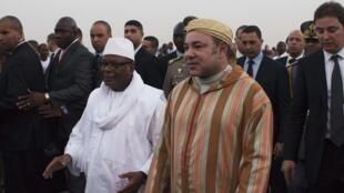 Le président malien Ibrahim Boubacar Keïta (g) accueille le roi Mohammed VI (d), à Bamako, le 18 février 2014.