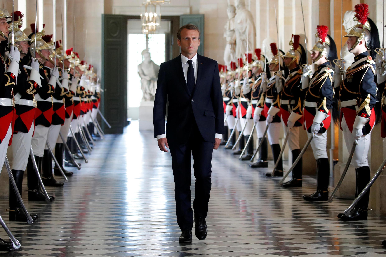 El presidente Macron caminando hacia el Salón de Congresos del Palacio de Versalles. El 9 de julio de 2018.