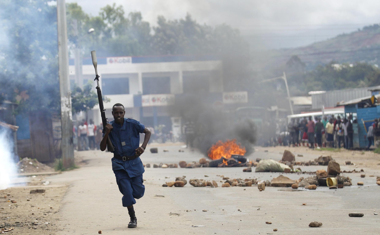 Un policier anti-émeutes, lors des affrontements le 26 avril 2015 à Bujumbura, au lendemain de l'annonce de la candidature de Pierre Nkurunziza.