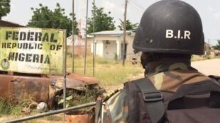 Un élément camerounais du Bataillon d'intervention rapide (BIR) à la frontière du Nigeria entre Amchidé et Banki, le 1er octobre 2015.