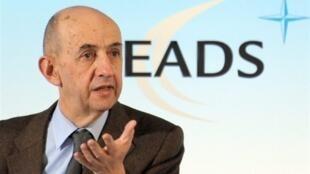 Louis Gallois, presidente da EADS, pediu aos europeus para voltar atrás com a taxa do carbono cobrada das companhias aéreas.