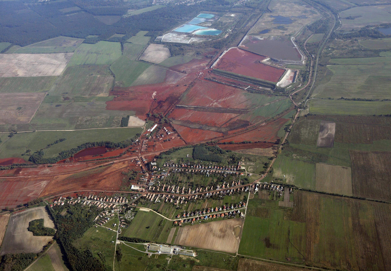 Portion de terre polluée au bauxite, provenant d'une usine d'aluminium à Ajka (Hongrie), en 2010.