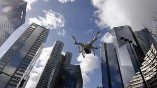 Um drone sobrevoando o bairro de La Défense, Paris.