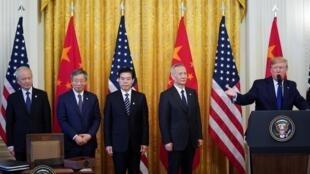 """در آغاز مراسم امضای """"مرحله یك"""" توافقنامه تجارت آمریكا و چین در كاخ سفید، معاون نخست وزیر چین """"لیو هه"""" و تیمش به سخنان دونالد ترامپ رئیس جمهور آمریكا گوش میدهند. چهارشنبه ٢۵ دی/ ١۵ ژانویه ٢٠٢٠"""