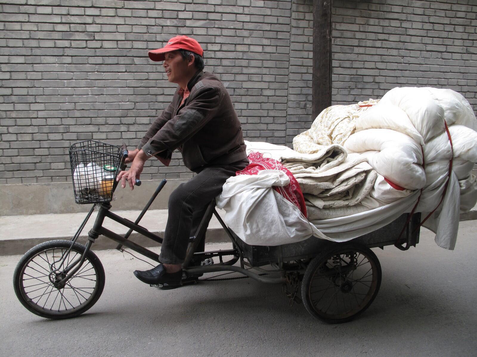 Le réparateur et vendeur de matelas travaille surtout l'hiver quand les plumes pour rembourrer les lits se vendent mieux. Comme des milliers d'autres, il se convertit en recycleur l'été.