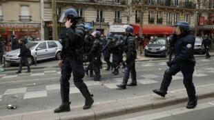 Французские жандармы во время студенческой акции протеста против реформы трудового законодательства, Париж, 24 марта 2016.
