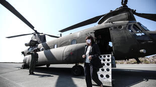 La presidenta griega, Katerina Sakellaropoulou, baja de un helicóptero militar a su llegada a la isla Kastellorizo, a 2 km de las costas turcas.