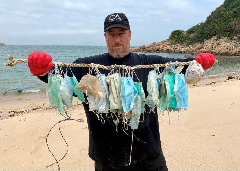 Экоактивист Гарри Стоукс из организации OceansAsia при очистке прибрежных вод Гонконга