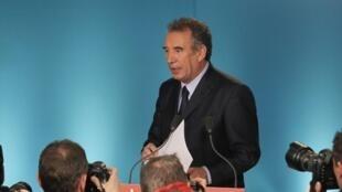 El centrista François Bayrou anuncia que votará por el socialista François Hollande, este 3 de mayo de 2012.
