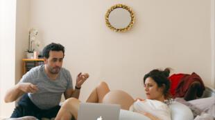 Jonathan Cohen (Frédéric) et Marina Foïs (Claire) jouent dans Énorme, la nouvelle comédie de Sophie Letourneur.