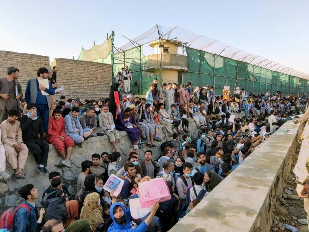 Des gens en attente devant l'aeroport de Kaboul