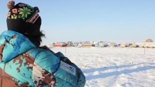 L'Inuvialuit Noël Cockney regarde son village, Tuktoyaktuk, situé au bord de l'océan Arctique et aux premières loges des changements climatiques.