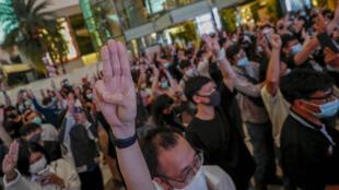 Les militants pro-démocratie manifestent devant Siam Paragon, l'un des plus grands centres commerciaux, à Bangkok, en Thaïlande, le mardi 20 octobre 2020.