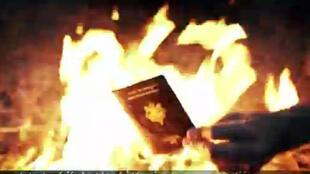 Captura vídeo dos jovens combatentes armados que queimam seus passaportes e chamam outros franceses a se juntar aos jihadistas na Síria.