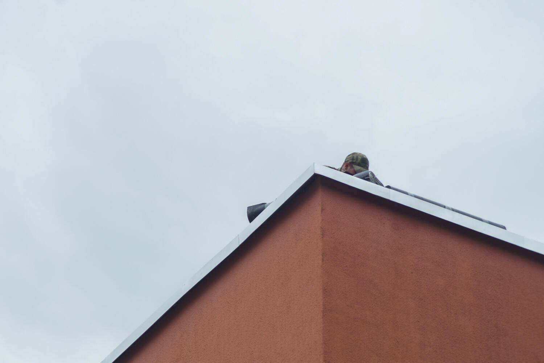 На крыше — снайперы. Минский изолятор в переулке Окрестина 12 августа 2020.
