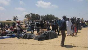 Campo de refugiados de Chucha na fronteira tunisina, onde os refugiados dormem ao relento, depois da destruição do mesmo campo.
