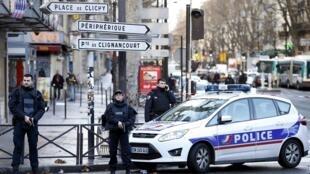Полиция оцепила место случившегося в 18-м округе Парижа сегодня, 7 января 2016 г
