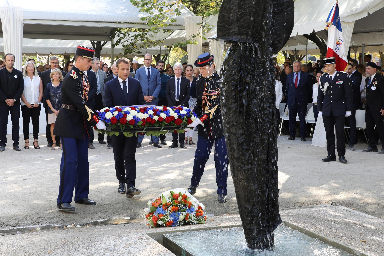 O presidente francês, Emmanuel Macron, deposita coroa de flores no Memorial às Vítimas do Terrorismo, em 19 de setembro de 2018, em Paris.