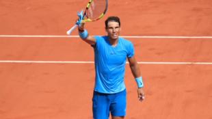 Rafael Nadal saluda al publico de la cancha central en Roland Garros tras vencer al tenista francés Richard Gasquet (6/3 6/2 6/2) el 2 de Junio de 2018.